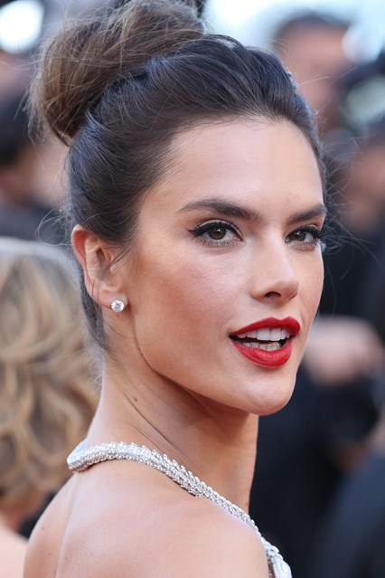 alessandra-ambrosio-beauty-vogue-21may16-getty_b_426x639