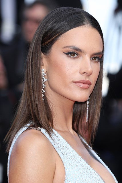 alessandra-ambrosio-vogue-19may16-getty_b_426x639