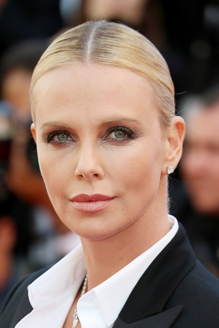 charlize-theron-beauty-vogue-21may16-getty_b_426x639